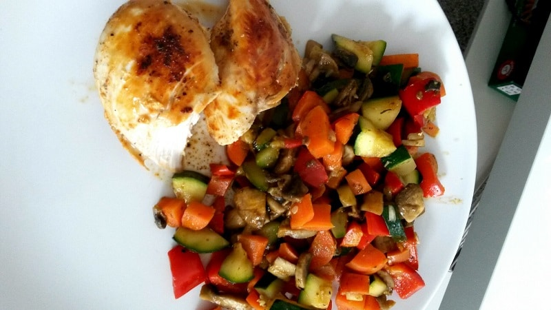 Sophia Thiel Rezept Pesto-Gemüsepfanne mit Hähnchenbrust