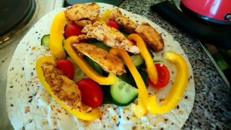 Kayla Itsines Rezept Wrap mit Hühnchen Paprika Gurke Tomaten