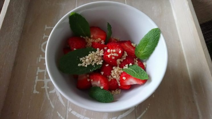 Kayla Itsines Rezepte Snack Erdbeeren mit Minze und Mandeln