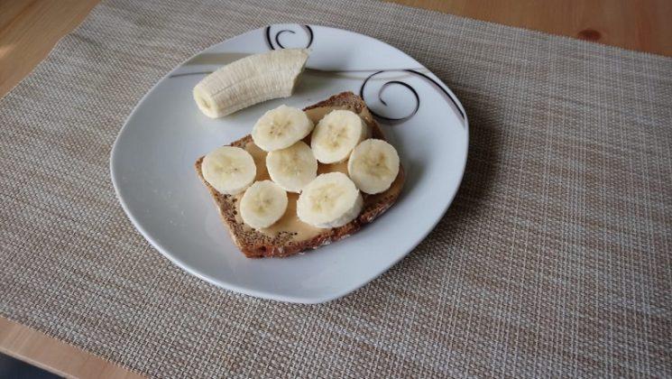 Kayla Itsines Rezepte Snacks Toast mit Erdnussbutter Banane